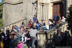 Takový nával schody kostela sv. Ludmily už dlouho nezažily...