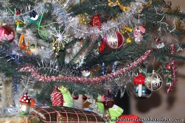 Není nad to si při Vánocích zavzpomínat na ty krásné ozdoby, které jsme úspěšně celé dětství likvidovali..