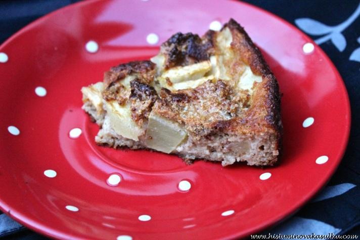 Verze se čerstvými jablky, špetkou skořice a žloutkovo-lískooříškovou posypkou. Chutná jako vylepšená verze žemlovky:))