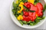 Pozdně letní salát s mangem a jahodovýmpřelivem