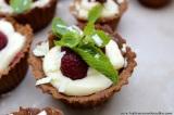 Dekadentní ořechové košíčky s mascarpone krémem s bílou čokoládou, malinami amátou