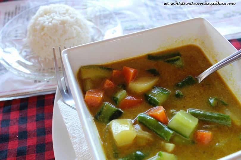 Moje první teplé jídlo na Bali..zeleninové karí s rýží...